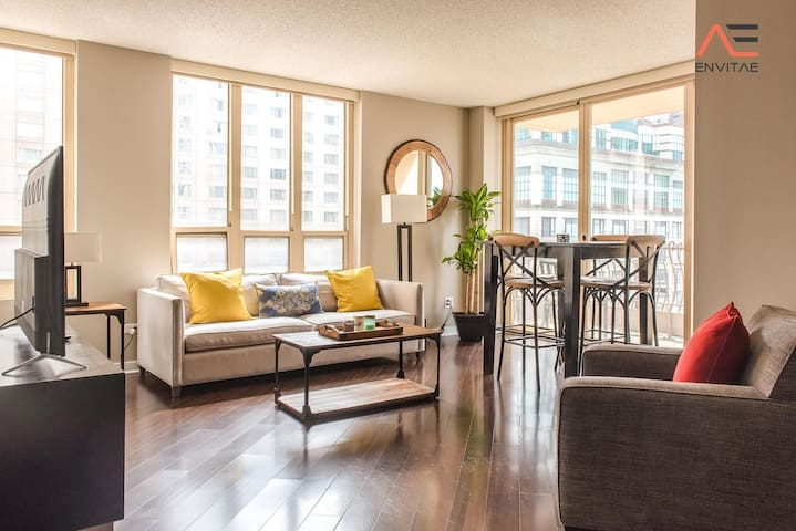 2B/2BA Luxury on Mag Mile | Balcony, Pool, Spa & Gym | PAID IN/OUT PARKING IN BLDG