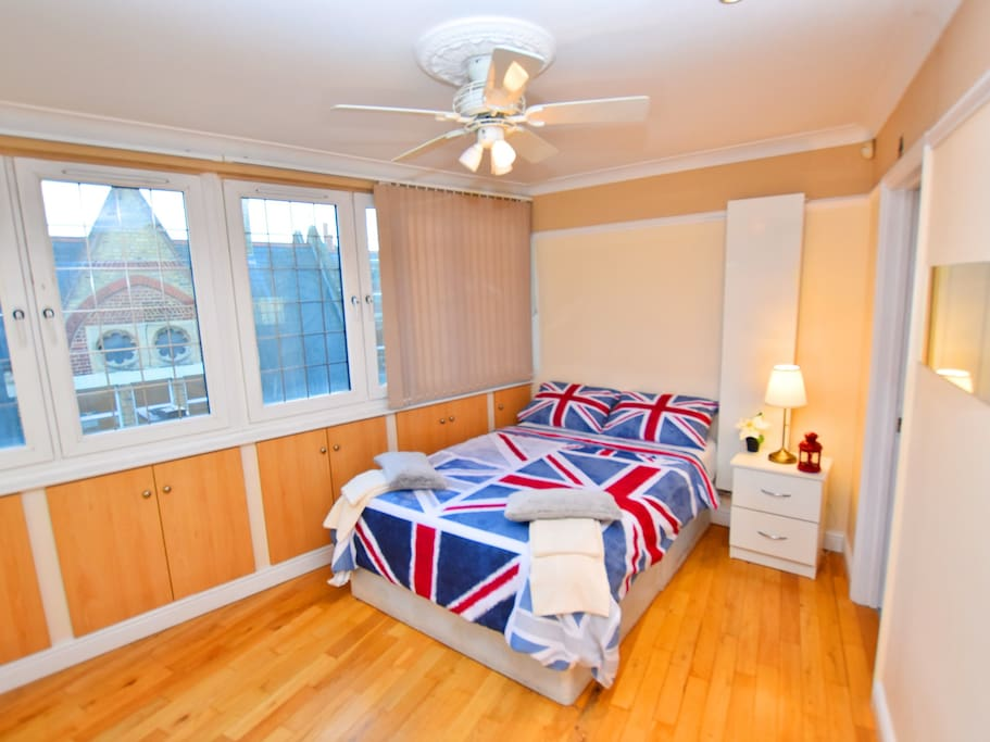 Photo: luxury double room with private bathroom. Include: towels, bedding, wifi connection, 24/7 check in system and central heating.