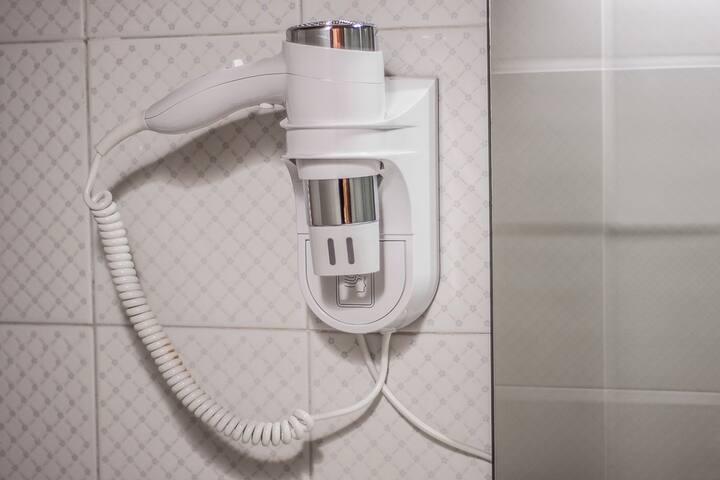Il bagno è dotato di asciugacapelli