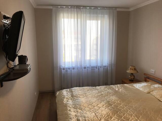 Спальня - с двуспальной кроватью, телевизором и большим шкафом (для 2 человек).