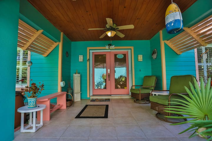 Tropical Hideaway, 2 Bdr, walk to the Beach! - フラッグラー・ビーチ - 一軒家