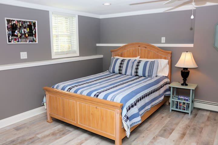Queen size bed with four pillows.  All bedding including comforter & shams are freshly laundered for each guest.