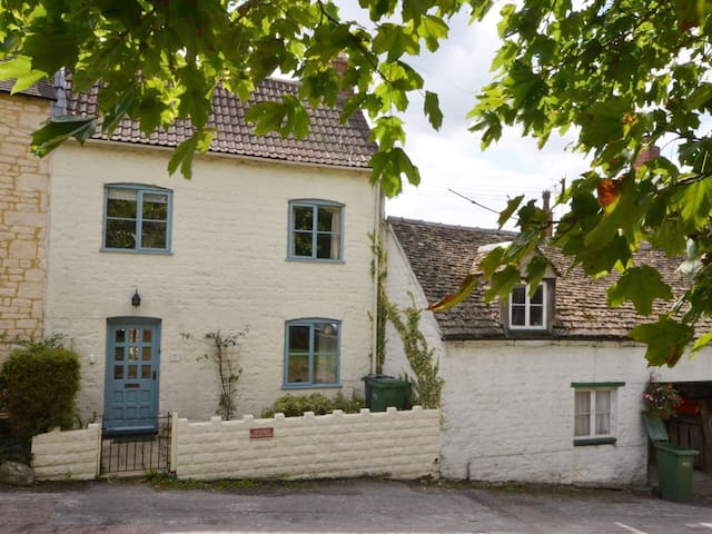 Cosy, pet-friendly cottage in the Cotswolds.