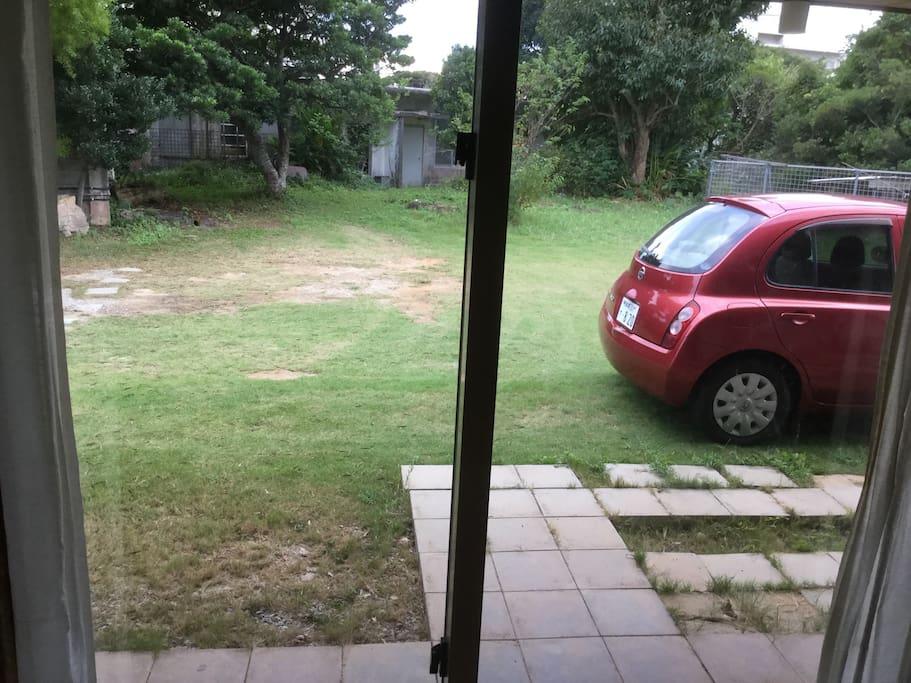 洋間から庭を眺める
