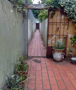 Un cuarto con placards y patio. - La Plata