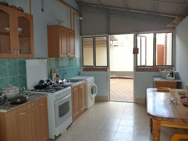 Летняя кухня с обеденной зоной под навесом для желающих готовить самостоятельно