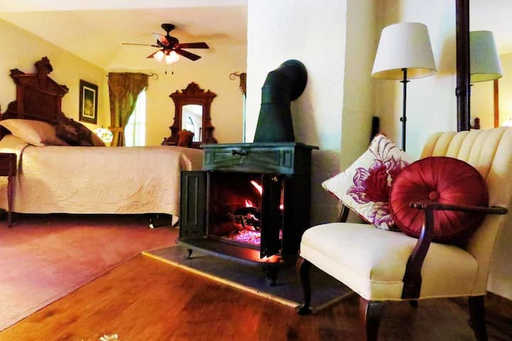 Cliffside Suite, Queen Bed, Spa Tub for Two, Fireplace, Cable, WiFi