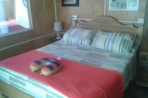 dormitorio con baño ,ducha con  agua caliente y cama de 2 plazas....