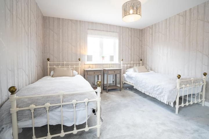 Ensuite bedroom with two single beds--No.6