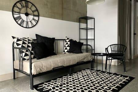 Великолепная дизайнерская квартира на берегу озера