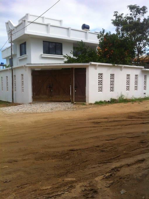 whole house from outside/ casa entera por fuera