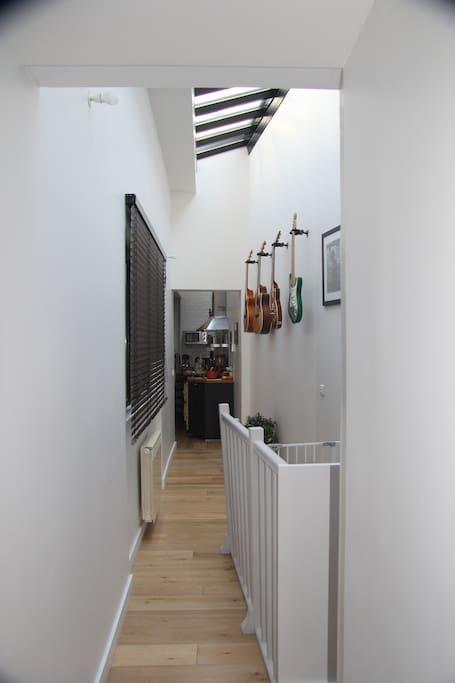 Couloir desservant le plateau principal. Vue vers le salon (1)