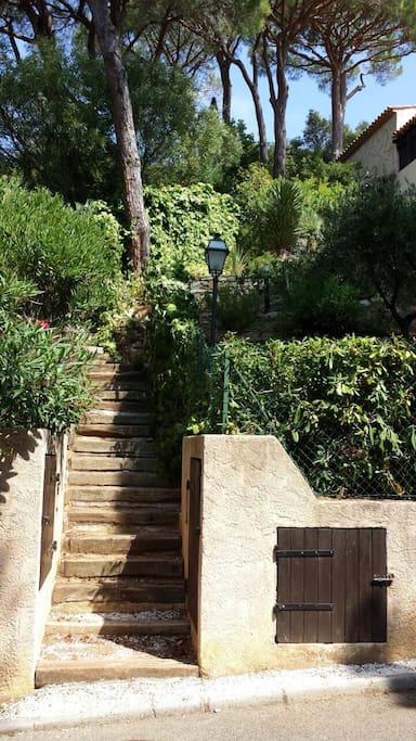 2ème accès, par le bas, escalier menant au mazet