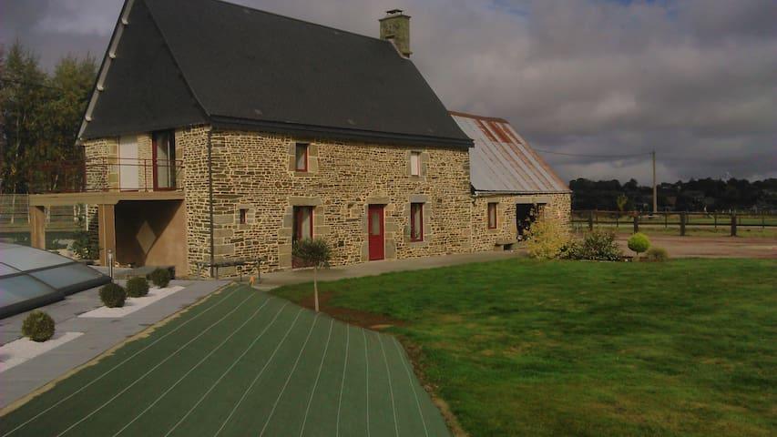 Maison en pierre avec piscine à la campagne