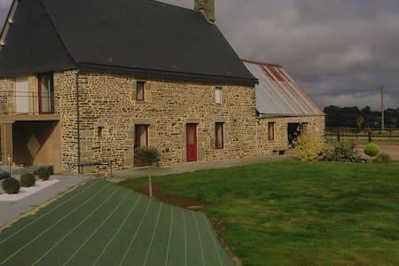 Maison en pierre avec piscine à la campagne - Saint-Quentin-les-Chardonnets - Pension