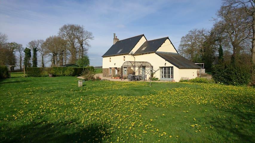 """Cottage """"au petit bonheur"""" proche de Dinan - Évran - Casa"""
