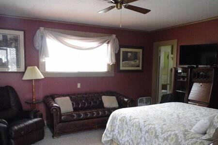 Queen Room at Otter Creek Inn