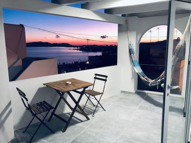 Terraza cubierta con mesa, sillas y hamaca !