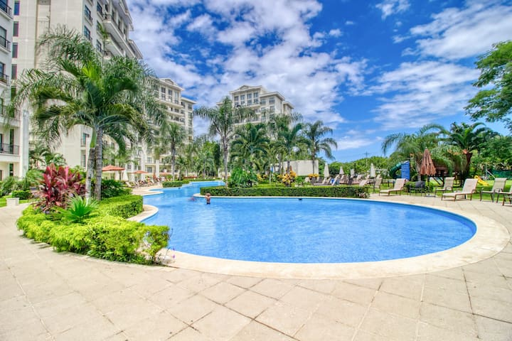 Stylish and modern condo just moments from the beach!