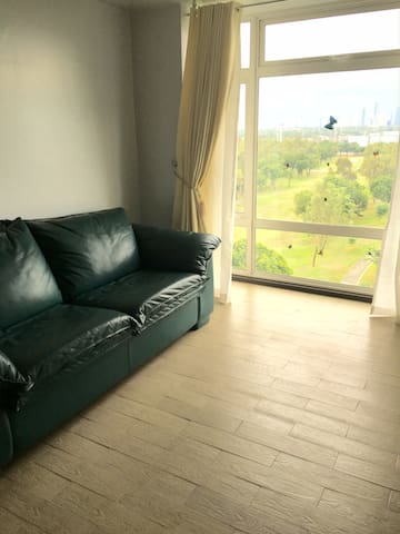 Golf-view New 2-BR near NAIA 3 & Resorts World - Pasay - Apto. en complejo residencial