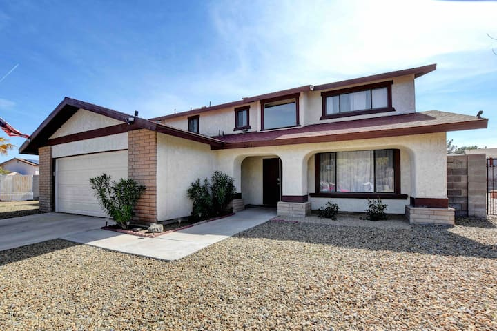Spacious Home with Pool, Minutes to Airport/Strip