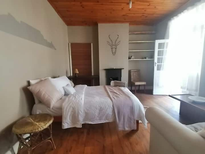 Bedroom with double bed and couch at 52onBellevue
