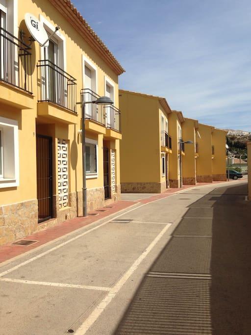 La fachada y aparcamento