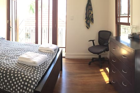 Private Sunny Bedroom w/ own bathroom in Newtown - Newtown - Hus