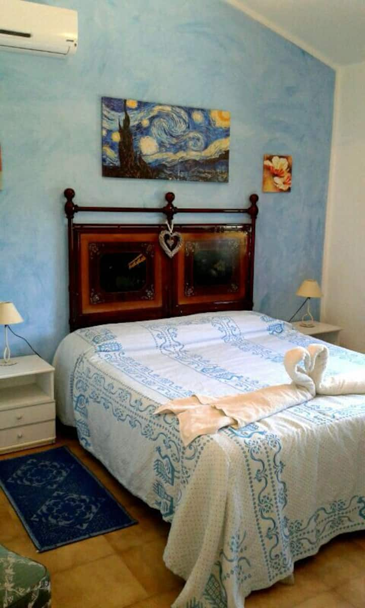 Camera azzurra con bagno in villa  iun E5190