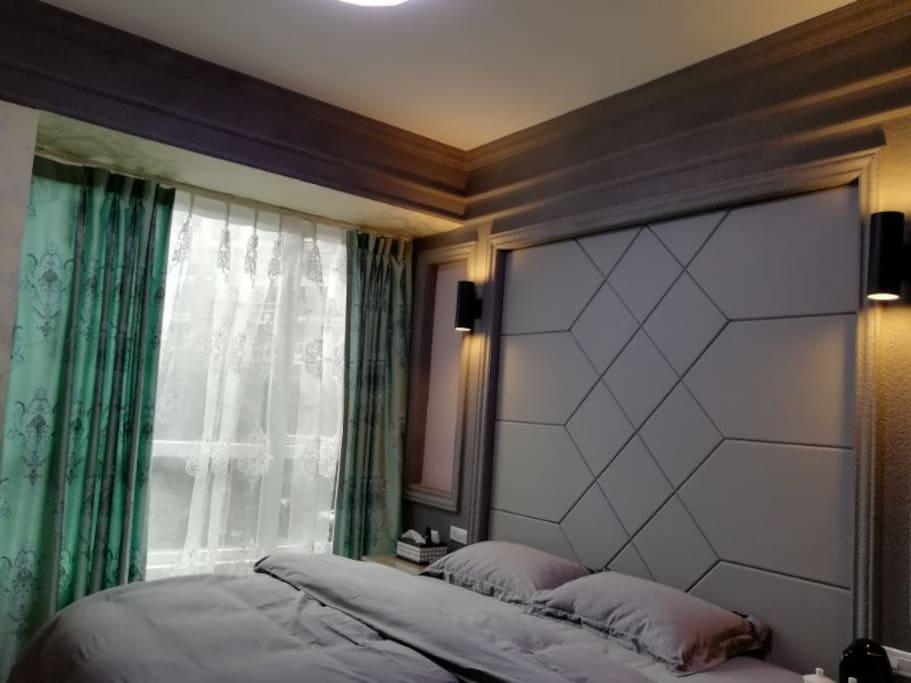室内有窗户,采光极好,被套有灰色和蓝色可选用。