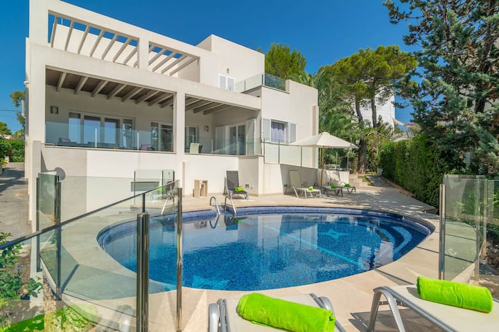 CALA LLONGA - Spectacular villa with private pool and beautiful views to the marina. Free WiFi