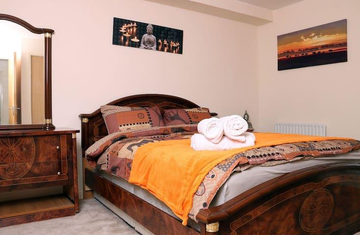 Kingsize bedroom/private bathroom/new apartment