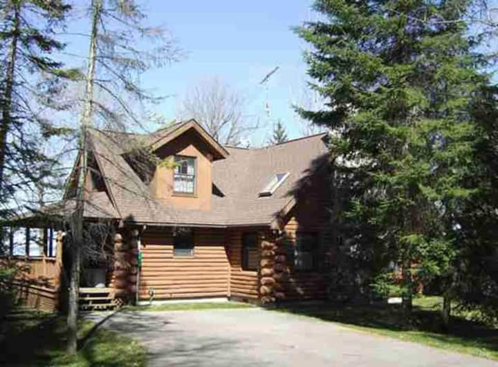 MULLETT LAKE WATERFRONT 3 BEDROOMHOME