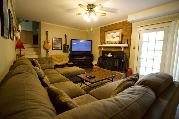 Tanyard Oaks Split Level, 4bd, Family/Pet Friendly