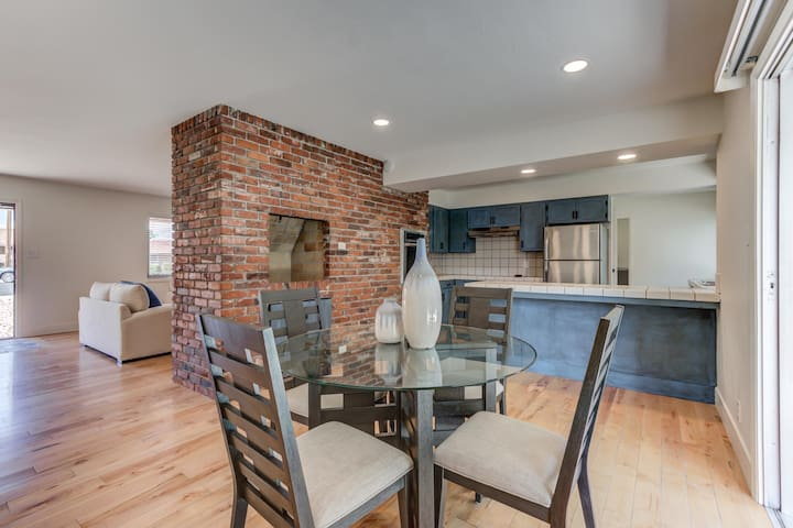 Pristine 4 bedroom with hot tub in popular midtown