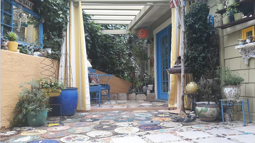 Healdsburg ~ Elegant space, large patio, breakfast