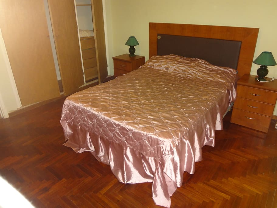 Cama con colchon sommier doble, muy confortable.