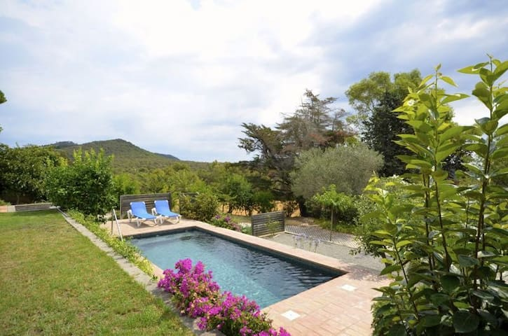 Located in the natural beauty of a pine forest and overlooking a green  valley that finds - Begur - Dom