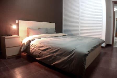 高性价比舒适两居室/地铁零距离/近虹桥火车站/迪斯尼乐园直达 - Apartment
