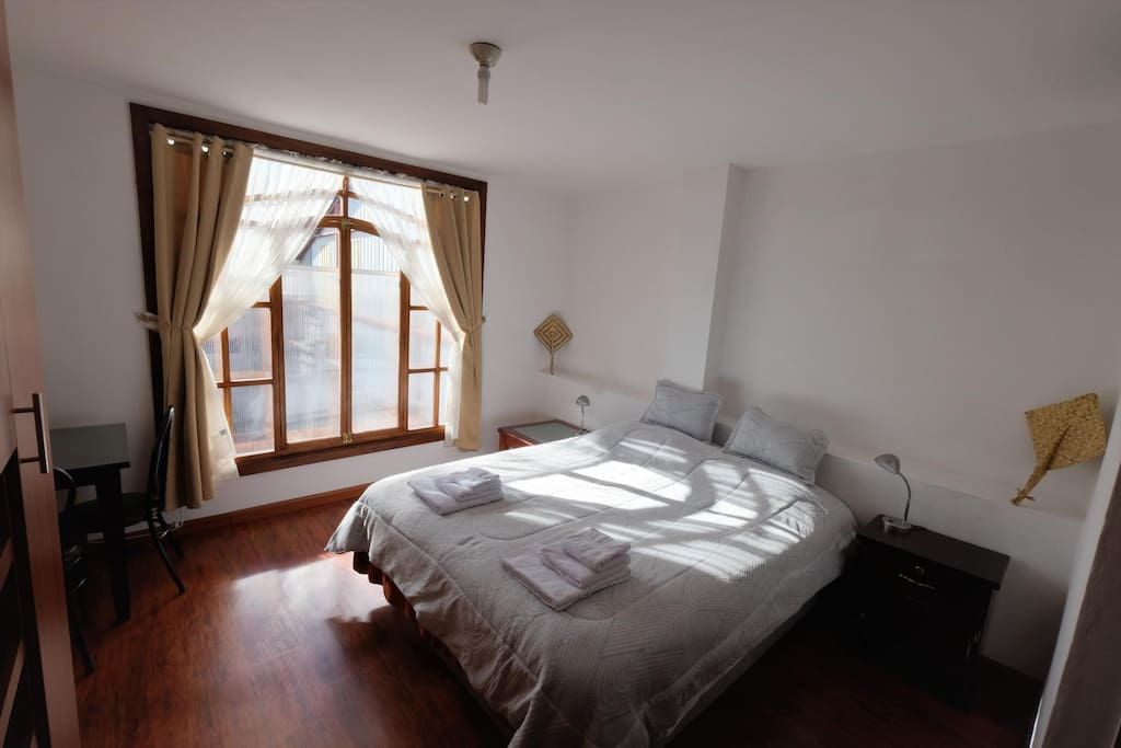 Bedroom 1 with queen size bed / Dormitorio 1