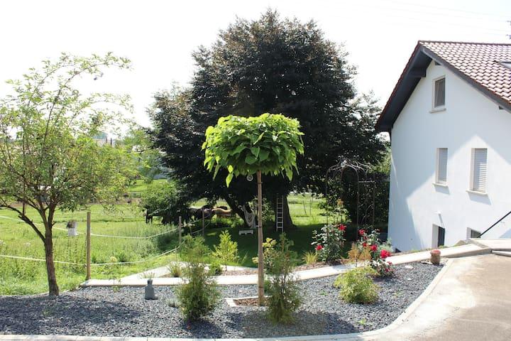Gemütliche 3-Zi.-Whg. mit eigenem Garten&Parkplatz