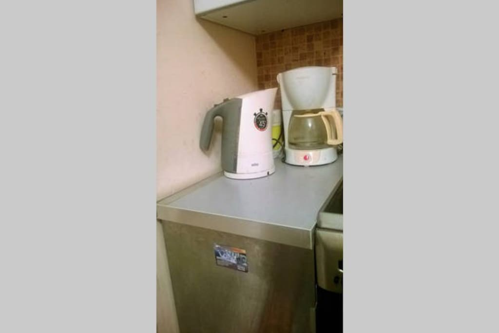 На кухне имеется чайник, кофеварка. Всегда бесплатный чай, кофе, какао.