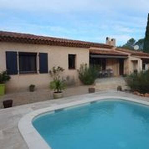 Superbe chambre au calme dans villa avec piscine
