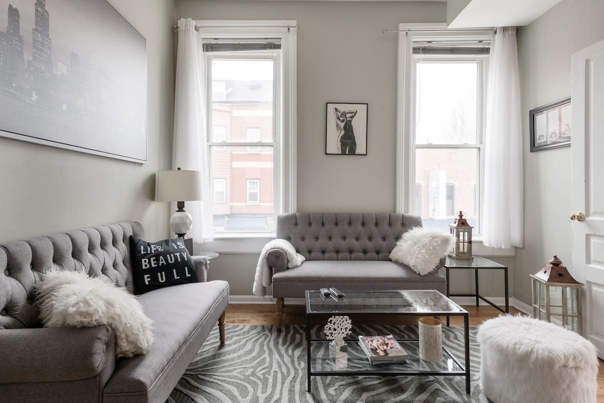Chic and Charming Vintage Condominium in Lincoln Park