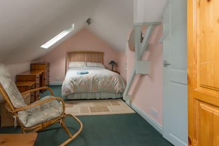 Cosy triple/family attic room - Sheffield