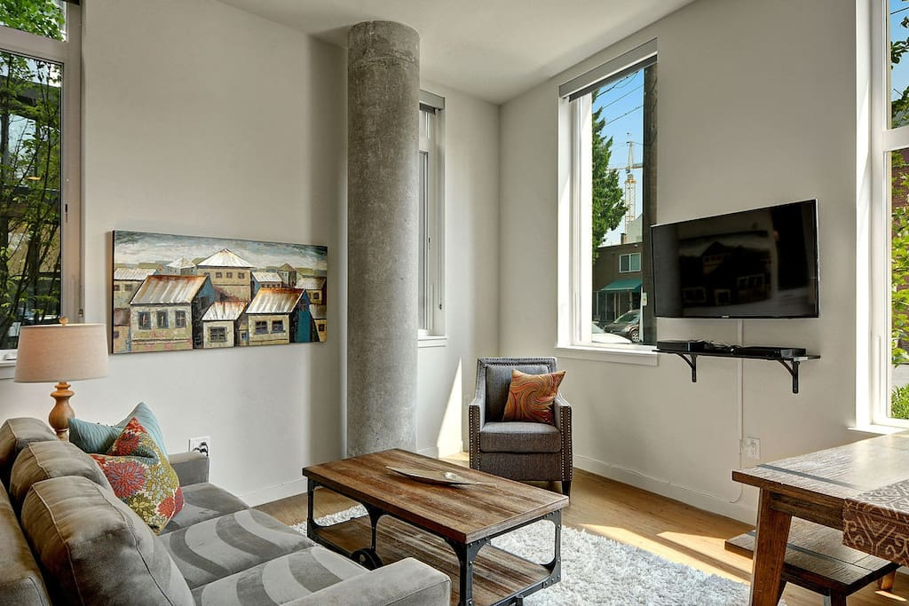 Living space with wall-mounted flatscreen