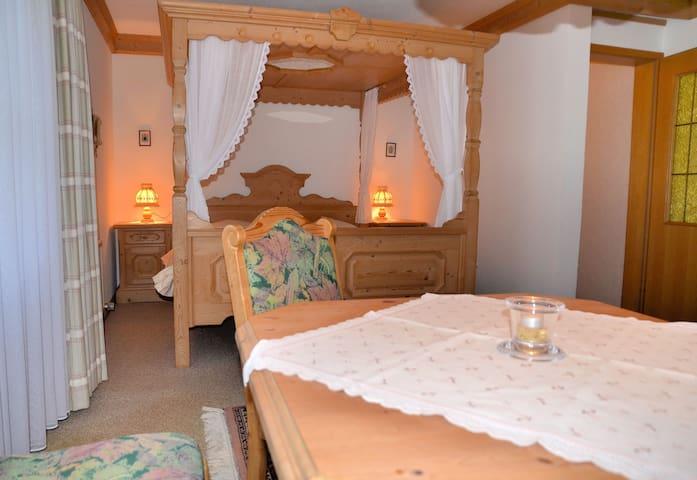 Landhaus Preißinger (Warmensteinach), Doppelzimmer mit TV, WC und Dusche, Harföhn, W-Lan, Balkon oder Terrasse