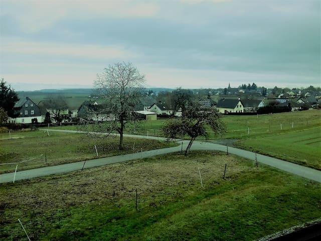 Blick aus dem Frühstücksraum bis zum Nürburg-Ring