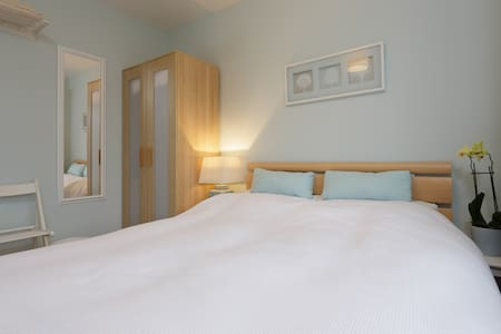 Quiet Room with Private Bathroom - Southbourne - 独立屋