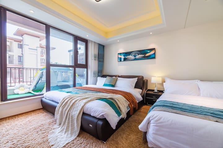 大卧室两张双人床,配有地毯